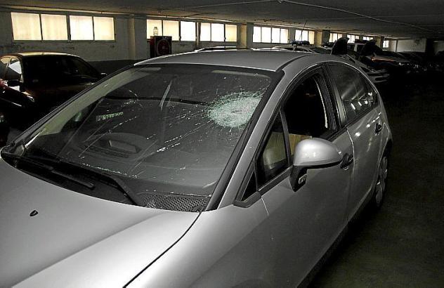 Der Stein durchschlug die Windschutzscheibe des Wagens