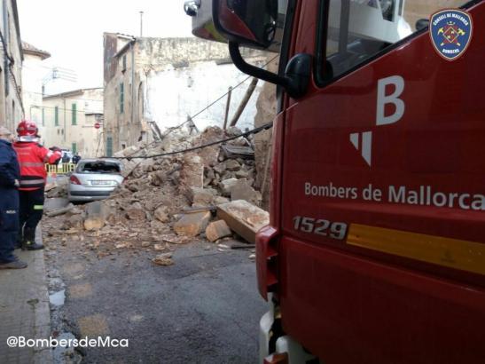 Die Feuerwehr von Mallorca vor den Trümmern des Hauses.