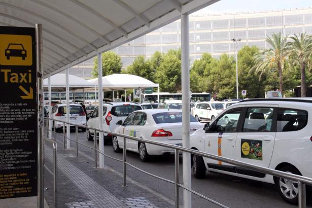 Taxis warten am Airport auf ankommende Fluggäste. Die Fahrer haben jetzt Angst, dass viele der Fahrten vom und zum Flughafen weg