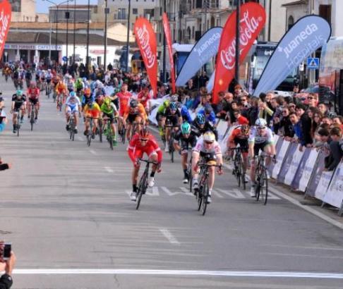 Wenige Meter vor dem Ziel hat André Greipel (M.) den Sieg schon vor Augen.