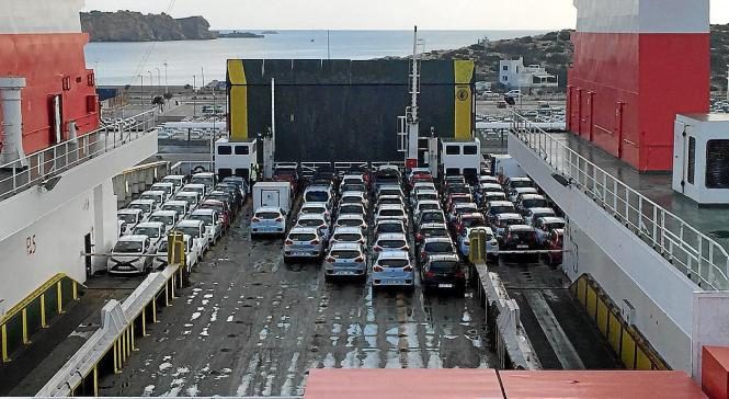 In den kommenden Wochen werden wieder tausende Mietwagen vom Festland auf die Balearen gebracht.