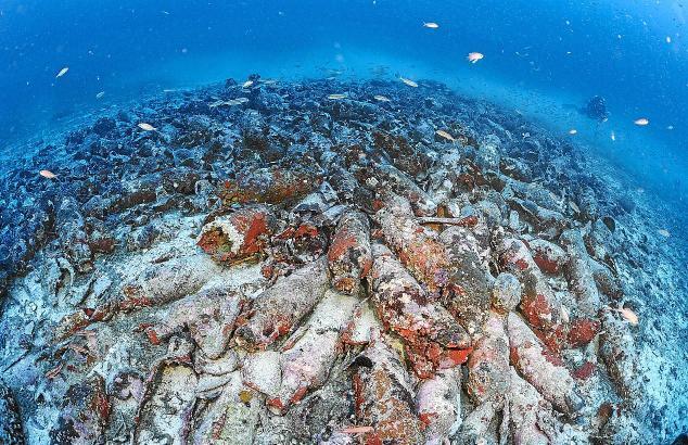 Fast 2000 römische Amphoren bedecken das vor Cabrera gefundene Schiffswrack.