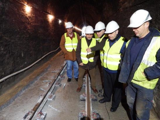 Verantwortliche kontrollieren das Voranschreiten der Arbeiten im Tunnel.
