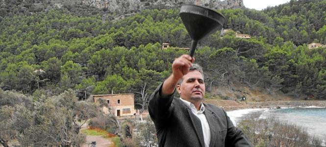 Der Mann bei einer Protestaktion, das Haus Can Ganxo im Hintergrund wurde 2010 abgerissen