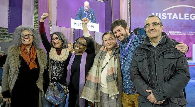 Margalida Quetglas (li.) sowie (von rechts) Juan Pedro Yllanes, Alberto Jarabo, Mae de la Concha und zwei weitere Genossinnen.