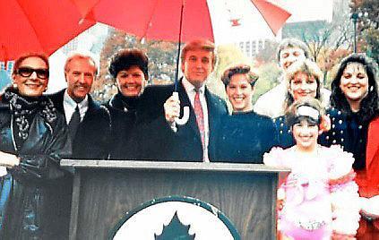 Micheal Booker (2. von links) und Trump mit Familien 1986 bei der Eröffnung des Eisparks in New York.