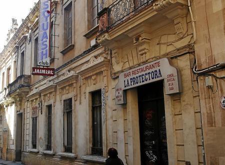 In dem Gebäude waren zeitweise auch ein Amt zum Ausstellen von Personaldokumenten, Restaurants, Frisiersalons, Fitness- und Squa