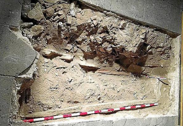 Ein Grab unter dem Fußboden der Kathedrale in Palma de Mallorca hat eine Touristin entdeckt.