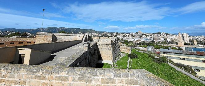 Das historische Castell de Sant Carles liegt an Palmas Hafenteil Dique del Oeste.