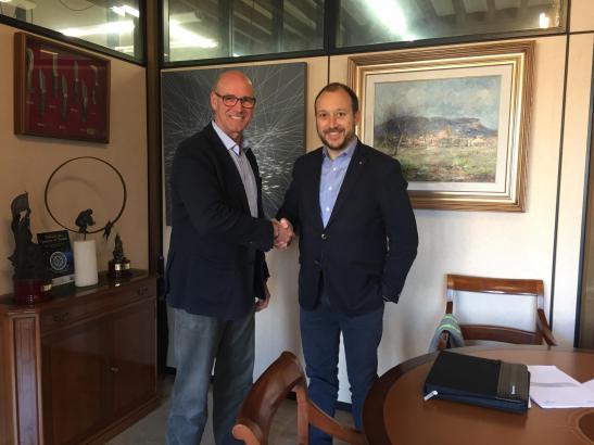 Bürgermeister Bernardí Vives (links) und Redexis-Vertreter Hernando Rayo am Montag bei Vertragsabschluss.