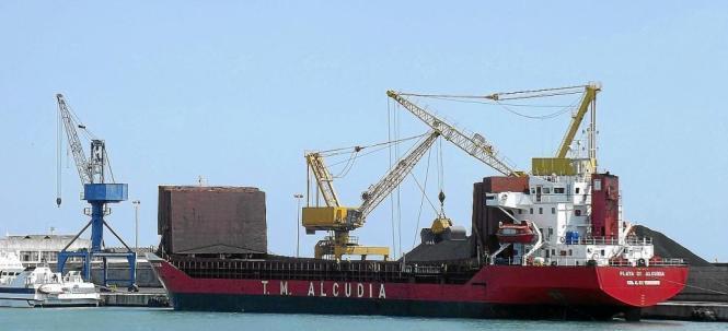 Kohle aus aller Welt wird im Hafen von Alcúdia entladen.