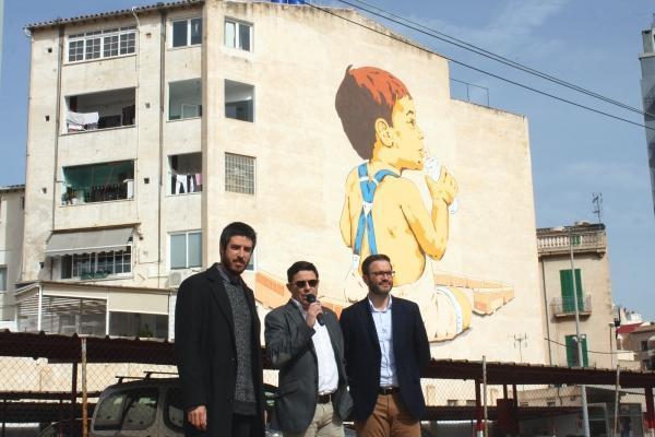 Künstler Joan Aguiló, Óscar Mayol (Ferrocaril de Sóller) und Palmas Bürgermeister José Hila (von links) vor dem Gemälde am Bahnh
