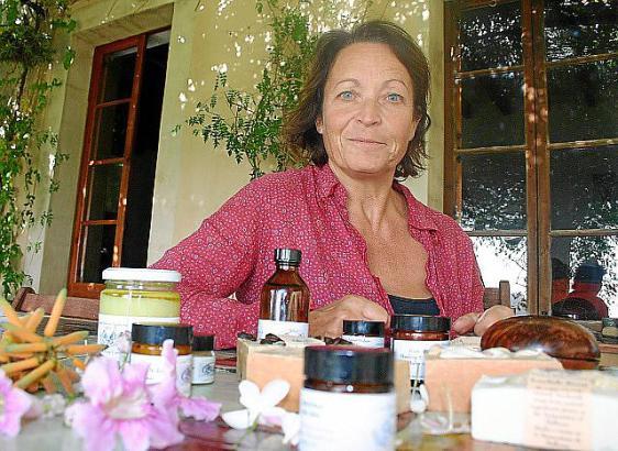 """Trudi Murray fertigt die Produkte für ihre Naturkosmetiklinie """"Gaia Natural"""" in Andratx"""