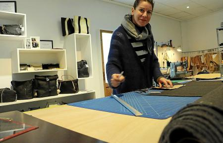 """Macht so gut wie alles selbst: Christina Bussmann in ihrem offenen Atelier im Laden """"Suite 13"""" an der Plaça Major in Palma de Ma"""
