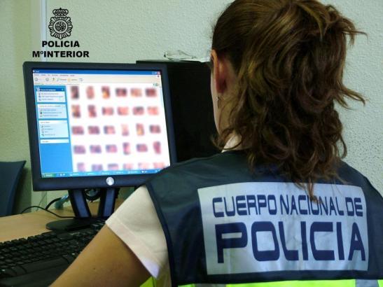 Archiv-Bild einer Polizeibeamtin bei der Sichtung von pornografischen Videos.