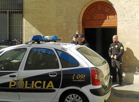 Die Polizei verhaftete die mutmaßliche Messerstecherin und brachte sie in Untersuchungshaft.