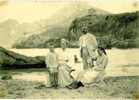 Familie Cifre-Hammerl um die Jahrhundertwende am Strand von Cala Sant Vicenç bei Pollença.