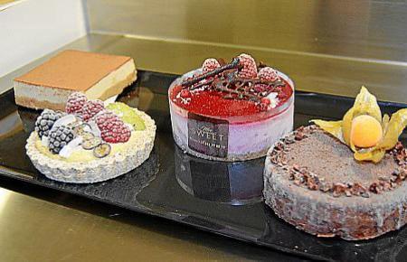 Bunte Kuchen und Törtchen, die ohne Tierprodukte und Ofen auskommen.