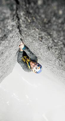 Wo ist oben, wo ist unten? Iker Pou in einer Felswand.
