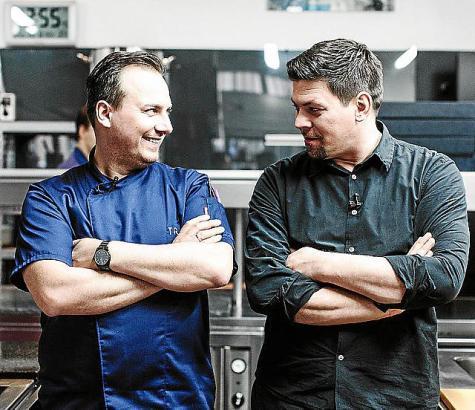 Der Berliner Tim Raue (l.) ist einer von wenigen Zwei-Sterne-Köchen in Deutschland. Er tritt gegen Tim Mälzer aus Hamburg an, de