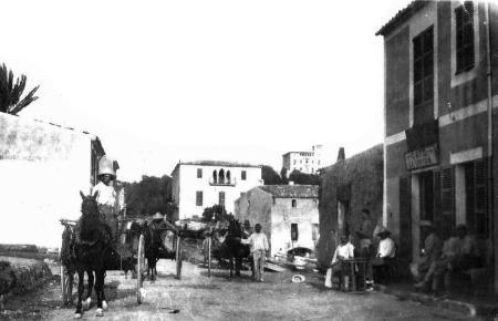 Als auf Cala Rajadas Hauptstraße Calle Leonor Servera noch Pferdekarren rangierten, existierte das Cas Bombu (Mitte) bereits, eb