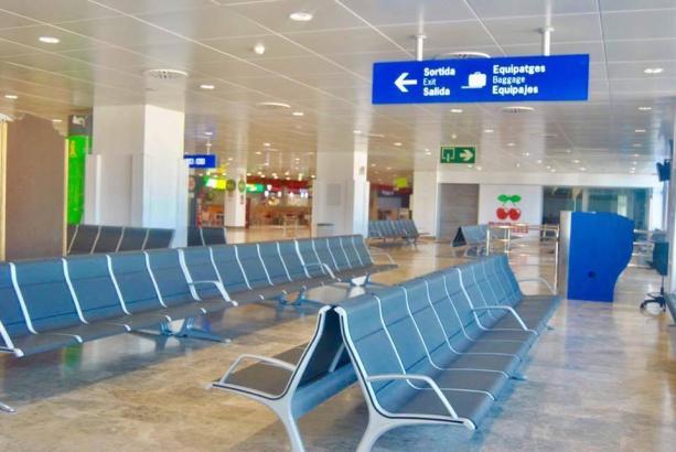 Neue Sitzbänke im A-Terminal von Palmas Airport.