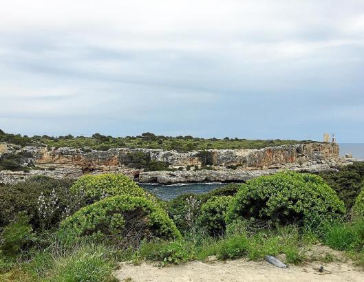 Weitgehend unberührte Natur an den Grundstücken in Cala Figuera im Südosten von Mallorca.