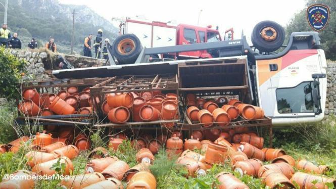Bei dem Unfall in Sóller im Westen von Mallorca fielen zahlreiche Butangas-Flaschen zu Boden und wurden teilweise unter dem Last