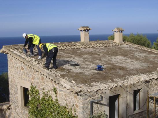 Arbeiter beim Beginn des Abrisses eines Hauses in Llucalcari bei Deià.