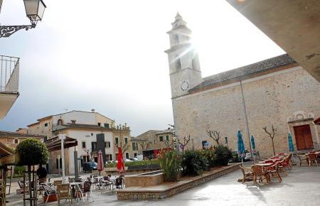 Der Dorfplatz von Costitx auf Mallorca.