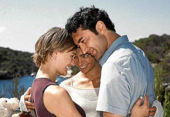 Glückliche Tage auf Mallorca (v.l.): Stella (Sonsee Neu), Cora (Sandra Speichert) und Louis (Mehmet Kurtulus).