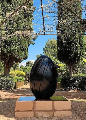 """Die Skulptur """"Conque"""" aus dem Jahr 1969 befindet sich bereits auf dem Gelände des Marivent-Palastes."""