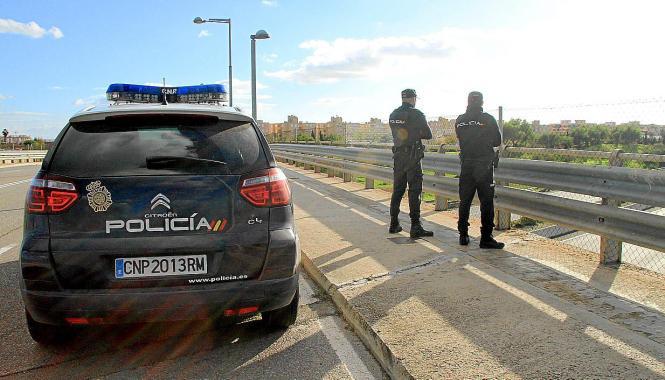 Polizeipräsenz auf den Autobahnbrücken Mallorcas.