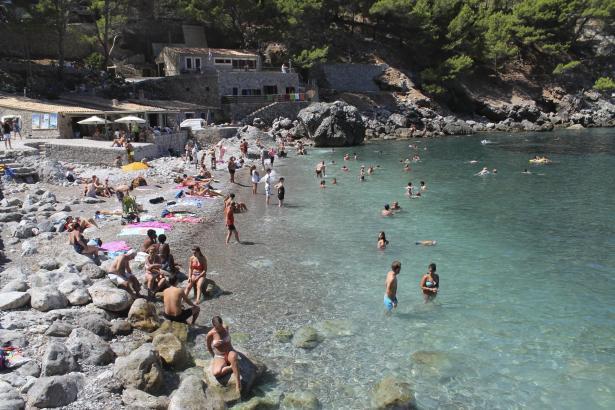 Parken in der Bucht von Sa Calobra wird bald kostenpflichtig.
