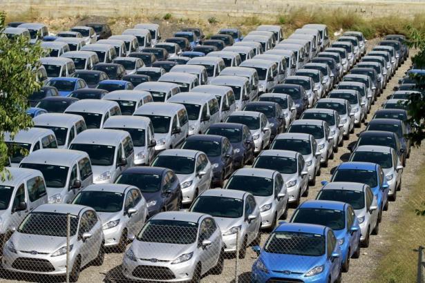 """Bald werden sie in Bewegung sein: Zahlreiche Autos der """"rent-a-car""""-Firmen auf Mallorca."""
