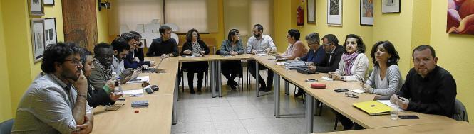 Die Führungsspitze der linken Protestpartei Podemos bei einer Sitzung.