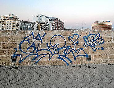 Auch an der historischen Stadtmauer verewigte sich der Sprayer.