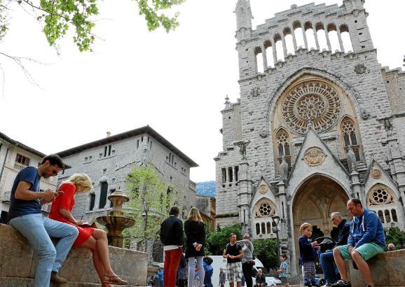 Vor allem Urlauber tummeln sich auf Sóllers zentraler Plaça de sa Constitució, die bereits jetzt im April gut gefüllt ist.