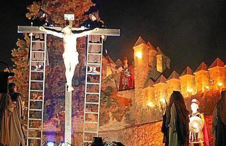Am Karfreitag findet das Passionsspiel in Artà am Kloster Sant Salvador statt. Die alten Gemäuer werden perfekt in Szene gesetzt