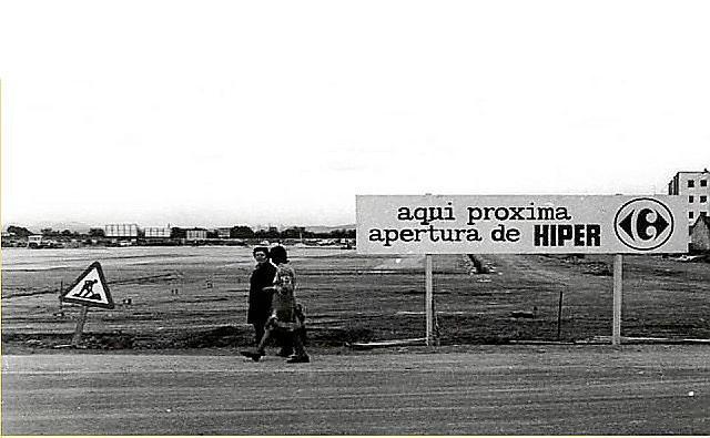 1977: Der Bau des ersten Carrefour-Marktes.