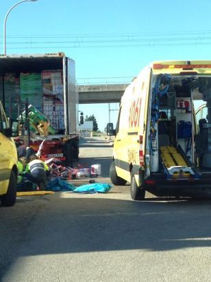 Auf dem Hof eines Supermarkts geschah das Unglück: Der Lkw-Fahrer wurde unter Teilen seiner Ladung begraben.