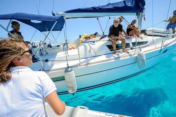 Eine Küstenwächterin ermahnt Segler, nicht auf Posidonia-Flächen zu ankern