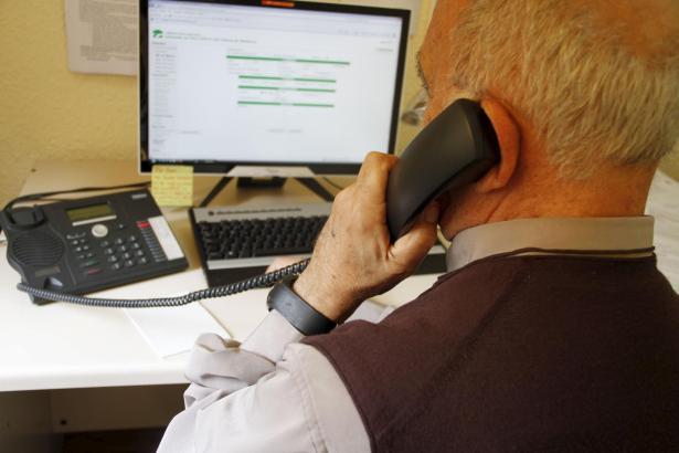 Ein Senior informiert sich im Internet, welche Sparvorwahl für seinen Anruf die günstigste ist