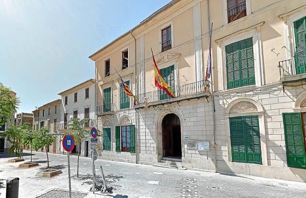 Auf diesem Archivfoto ist das Rathaus in Porreres noch mit allen drei Fahnen zu sehen
