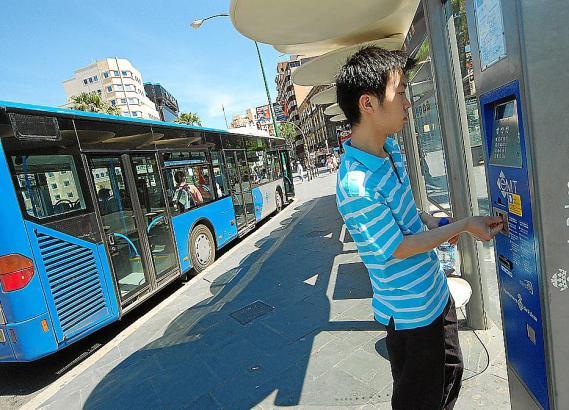 Ein Jugendlicher lädt an einem Automaten der EMT Geld auf seine Bürgerkarte