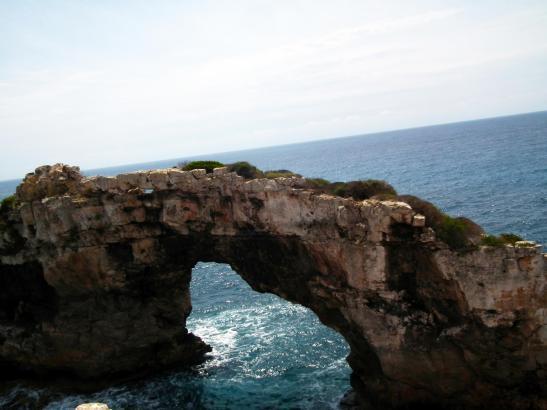 Der Felsbogen Es Pontàs an der Küste Mallorcas.