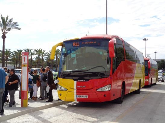 Die Haltestelle der neuen Flughafenbusse liegt direkt vor dem Parkhaus.