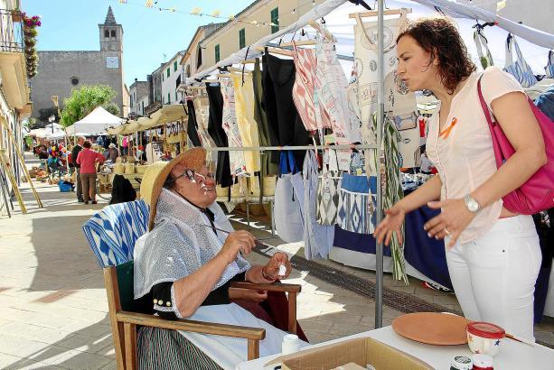 Bürgermeisterin Liniu Siquier (rechts) kennt fast alle Einwohner persönlich