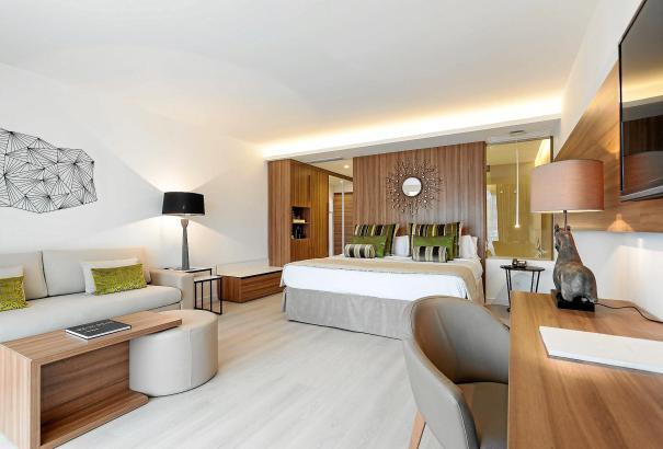 Schnörkellos, modern, minimalistisch: Auch in Fünf-Sterne-Hotels wirken selbst die Suiten nicht mehr überladen.