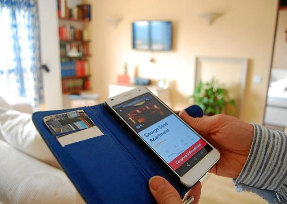 Eine Ferienwohnung lässt sich heutzutage kinderleicht per Smartphone buchen.